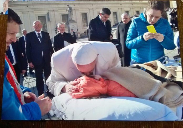 Jacopo a Lourdes ha visto una grande luce, e solo l'AVE MARIA stimola i suoi sensi