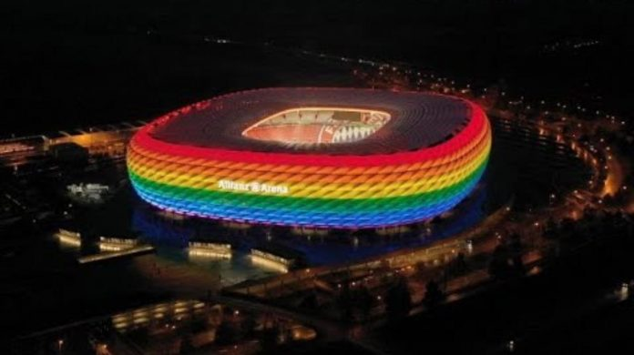 Stadio Allianz Arena di Monaco di Baviera illuminato d'arcobaleno